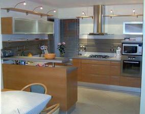 Moderna kuchyna v podobnom style v prevedeni noce