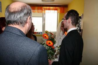 Předání květin maminkám