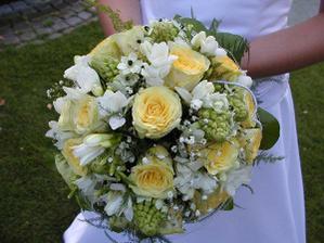 Chtěla bych bílé a žluté růže a bílé frézie.