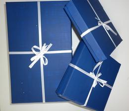 posvatební dárek maminkám a mně... uvnitř památky na svatbu... mušličky ze stolu, jmenovky, vývazky, svatební a posvatební oznámení
