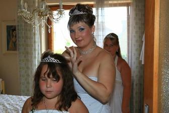 poslední úpravy nevěsty a malých družiček