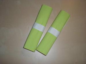 kovové spony na ubrousky jsou pro tolik hostů příliš drahé :-( ..... nicméně stačí 2 šikovné ruce a jedna taftová stuha :-)