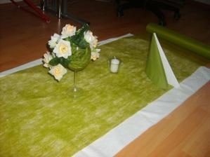 něco na stůl - jen místo těch umělých růžiček budou nějaké živé bílé květy   nevěstin závoj a něco malinko zeleného