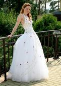 Bílé svatební šaty s červenými růžičkami, 38