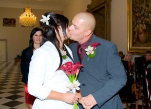 Při polibku jsem se strašně smála. Zapomněli jsme na svatební políbení:)Všichni nás museli vybízet:)
