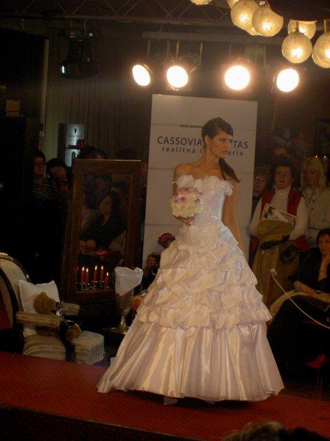 K & M - moje šaty na modelke na výstave v KE :)
