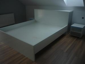 posteľ aj s uložnym priestorom za ňou ...