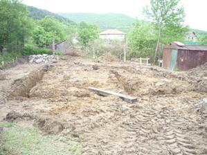 8.5.2010 - vykopané základy a plno blata :)