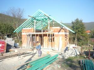 10.10.2010 už máme aj strechu, teda aspoň časť :)