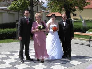 Focení na šachovnici před obřadem - s rodiči a bratrem.
