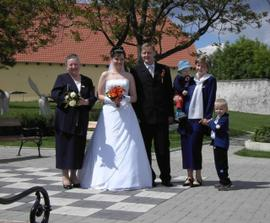 Se ženichem, jeho maminkou, sestrou a jejími dětmi.