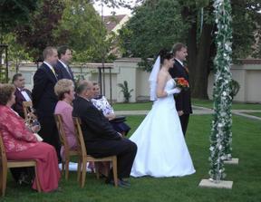 A už probíhá svatební obřad...