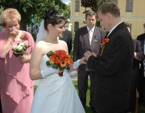 Nejdřív prstýnek od ženicha nevěstě...