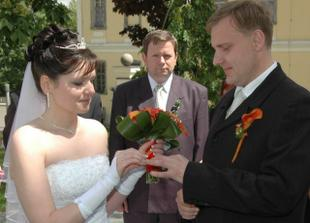 ...a hned potom nevěsta ženichovi.
