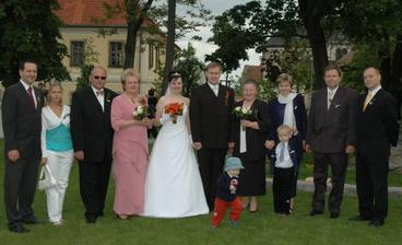 Fotka s nejbližší rodinou a svědky.
