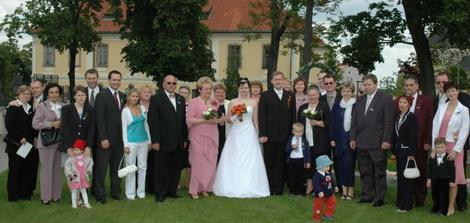 Společná fotka všech svatebčanů.