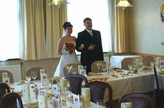 Příchod na hostinu, svatební tabule byla připravená podle našich představ.