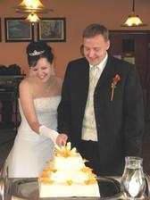Krájení svatebního dortu. Na vršku byla tvrdá marcipánová destička, kterou jsme opravdu nezvládli rozkrojit, naštěstí jsme byli vysvobozeni :o)