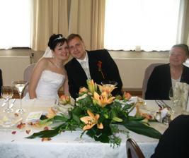 Na svatební hostině.