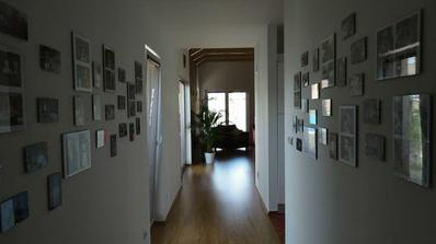 Z chodby jsme udělali malou fotogalerii (pohled směrem do obýváku).