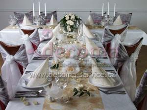 Netkaná textilie na svatební tabuli bude uspořádaná takto, jen v mechově zelené