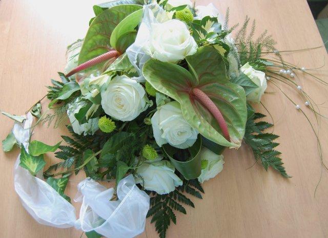 Šaty,nezbytné věci, které už mám doma, příprava na den D a finále :-) - ...krásná kytice na auto nevěsty a ženicha..
