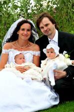 ..další fotečka rodinky s Terezkou a Lucinkou