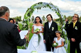 ...my a náš svatební oblouk..za chvíli padne oboustranné ANO