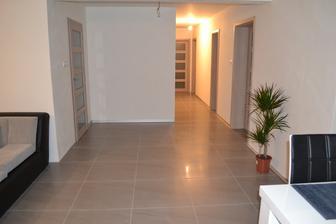 Pohľad od kuchynského stola k izbám (nočná časť domu)