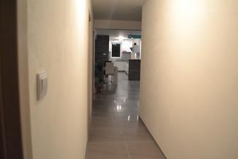 Pohľad od spálňových dverí do kuchyne-obývačky