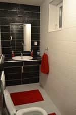 Naša mini-kúpelňa v spálni už v žiarivejšom šate :-)