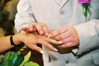 navlékání prstýnku