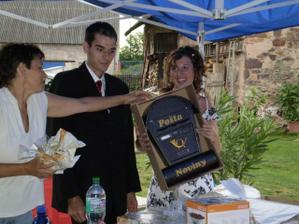 rozbalování svatebních darů:)