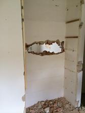 Vybouraná vestavěná skříň v kuchyni