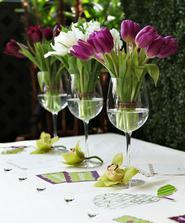 jiné květiny, ale líbí se mi nápad s využitím sklenek na víno místo váz