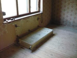 radiator už čaka na odvoz do železa + samozrejme aj kolegovia z vedlaších izieb
