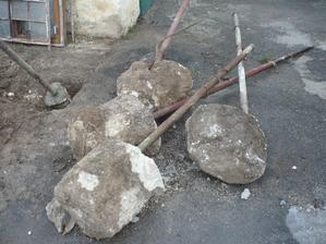 takýchto stlpikov bolo po celej zahrade asi 20 čo sme ich vykopali a to neboli ako stojky v plote, to boli nezmyselne po zahrade...