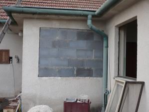 okno na vstupnej chodbe zamurovane