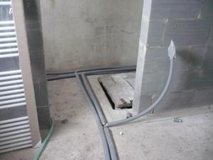 ta volna rúra čaká na radiator a ešte sa zo spiatočky pojde podlahove kurenie
