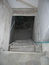chod do pivnice v kotolni, chceme vymeniť schody aj otvor, ale ešte nevieme za ake... ak mate rady sem s nimi..