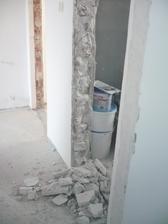 a museli sme opäť burať, vybrať stare zarubne a rozšíriť dvere na WC