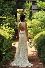 V čipkovaných svadobných šatách...