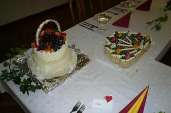Marcipánový koš s čerstvím ovocem a vějíř.