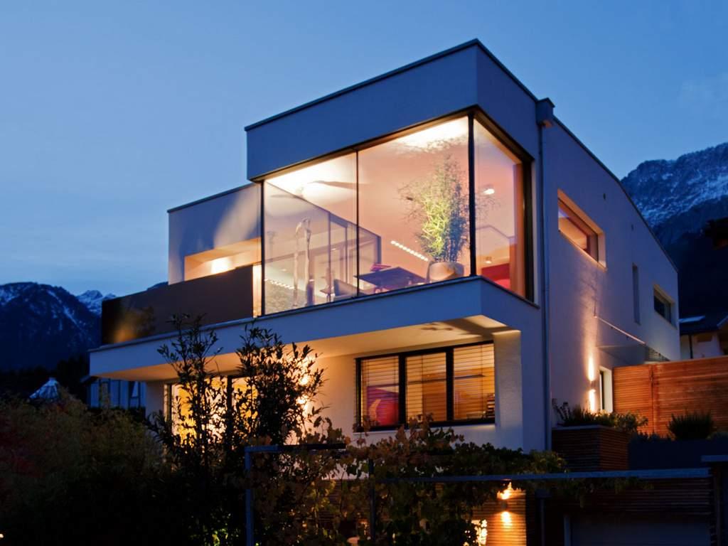 Veľké okná zdôrazňujú fascinujúce akcenty budovy - obzvlášť večer. 🌙😲 - Obrázok č. 1