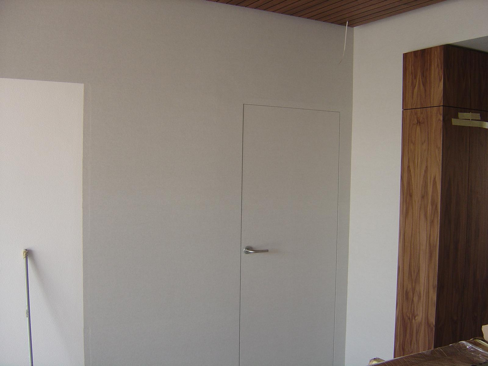 Pred a Po - ..už s tapetou na dverách.. ..za dverami bude pracovňa..