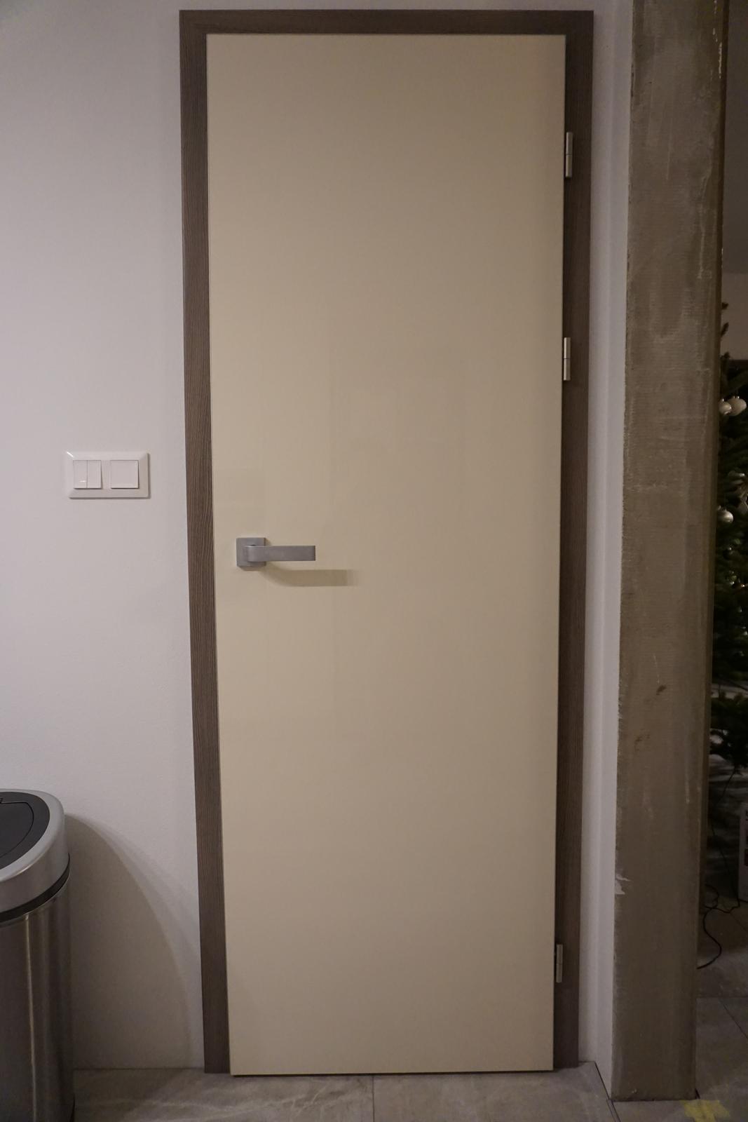 Dvere ku kuchyni - SAPELI Elegant, vysoký lesk vanilka + Sapdecor oliva sivá - Obrázok č. 1