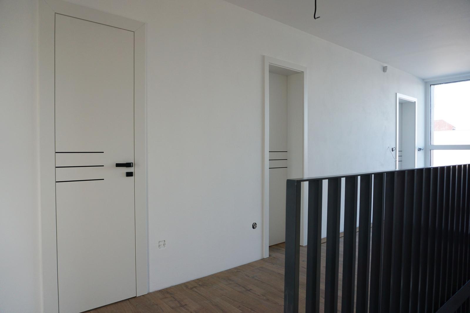 SAPELI Elegant + Lotos, CPL Biela - vľavo reverzné dvere otváravé z chodby do kúpelne