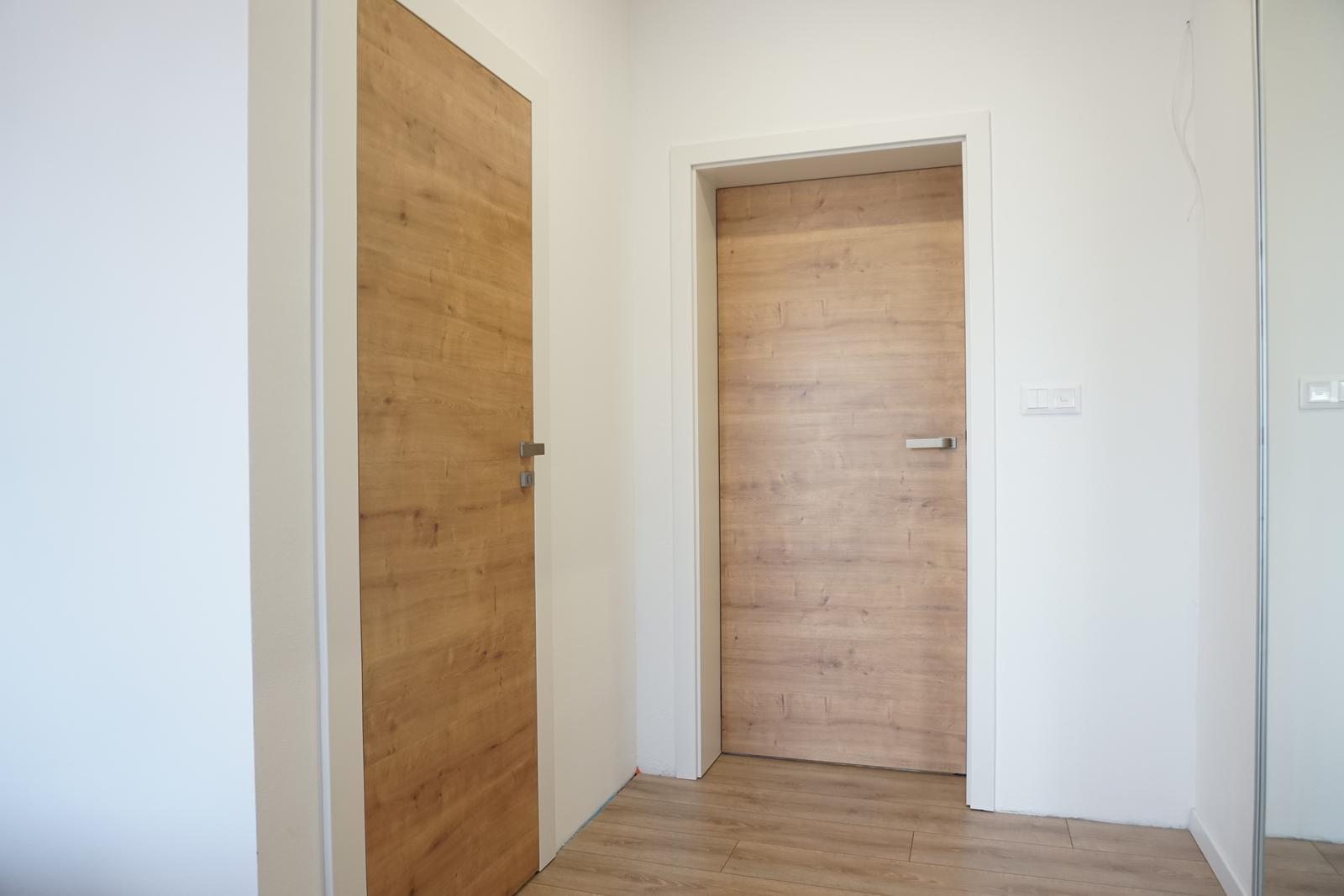 Reverzné dvere - CPL dub sukatý - spálňa zvnútra - vľavo kúpelňa