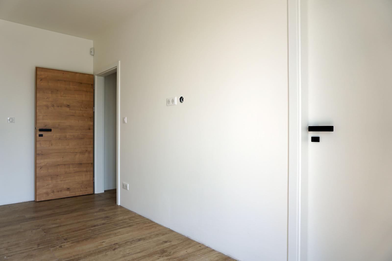 SAPELI Dub sukatý - spálňa, vpravo dvere do kúpeľne
