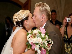 první manželské políbení a...